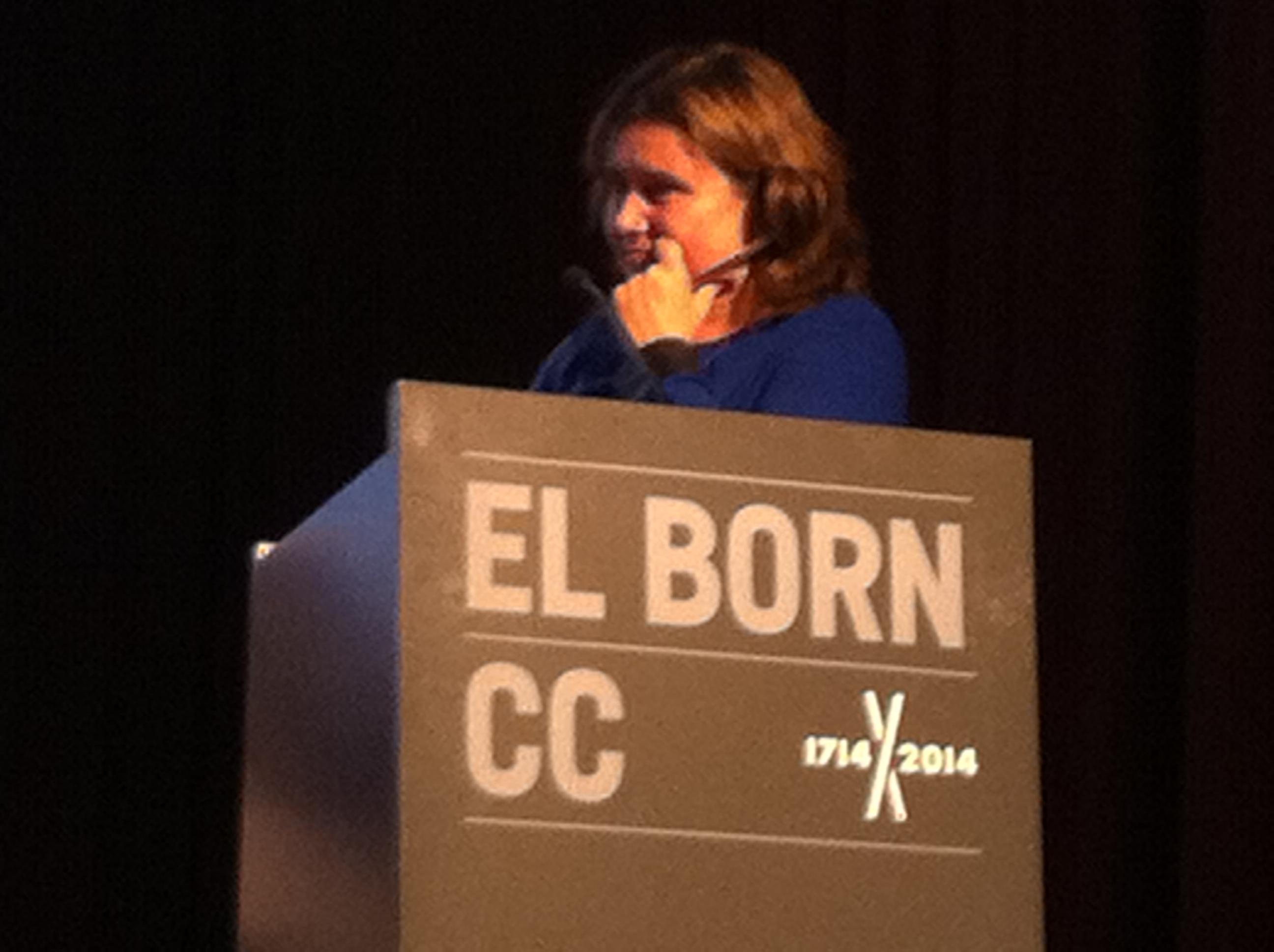 Rita Marzoa, presentadora de Solidaris a Catalunya Ràdio, presentant l'activitat